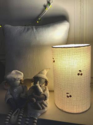 lampe totem en gaze de coton blanche et cerises dorées