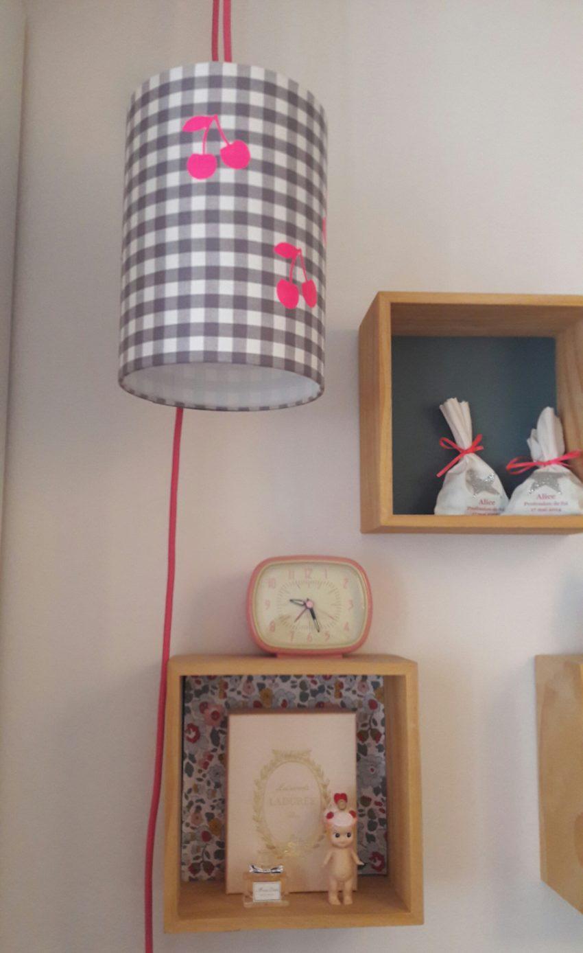 Chambre Gris Blanc Rose lampe baladeuse vichy et cerises