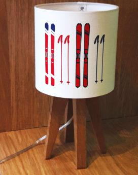 magasin luminaire décoration lyon lampe quadripode montagne hiver skis rouge marine
