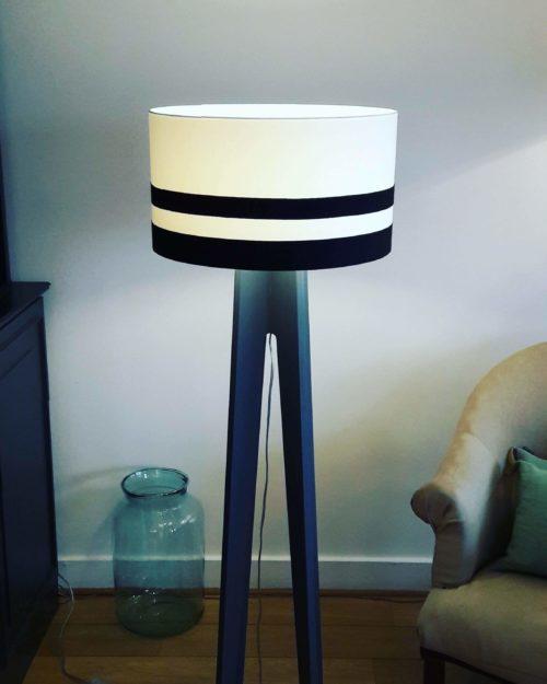 lampadaire blanc et noir