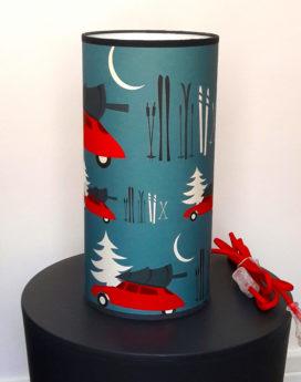 Jolie lampe totem bleue et rouge dans le thème montagne