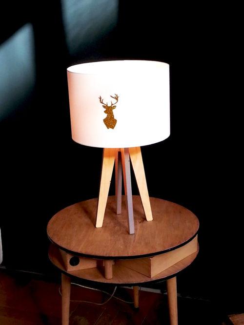 jolie lampe quadripode blanche avec un cerf