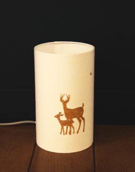 une jolie lampe totem blanche aux motifs de cerfs
