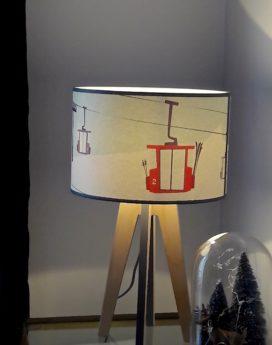 jolie lampe quadripode téléphériques dans le thème montagne