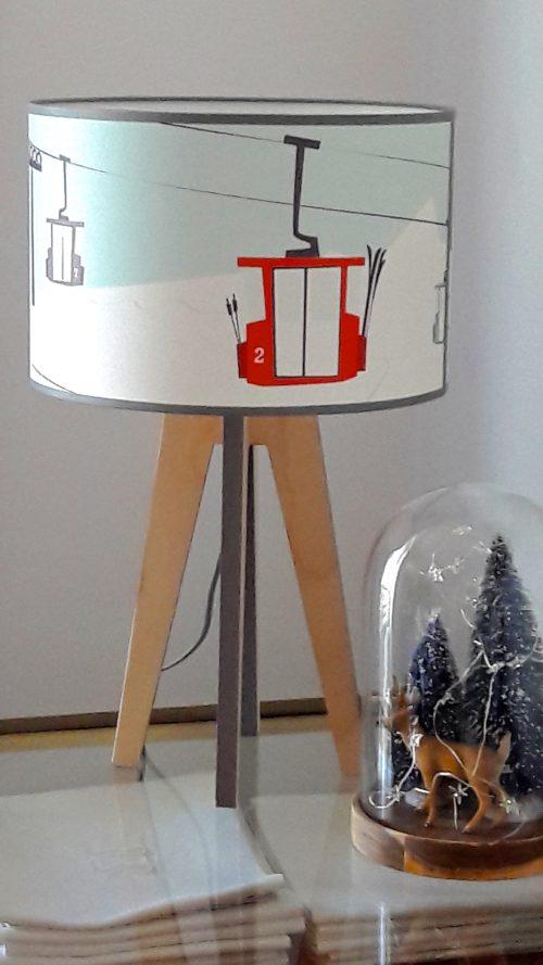 jolie lampe quadripode téléphériques dans le thème hiver