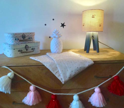 magasin luminaire lyon quadripode mini gaze de coton rose nude cerises chambre enfant décoration