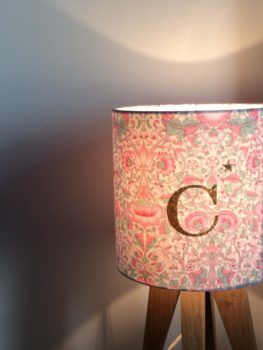 magasin luminaire lyon lampe quadripode liberty lettre C