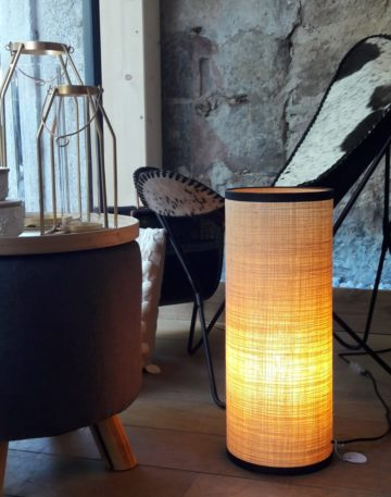 magasin luminaire lyon lampe totem rabane naturel tube abat jour decoration interieur rafia salon noir