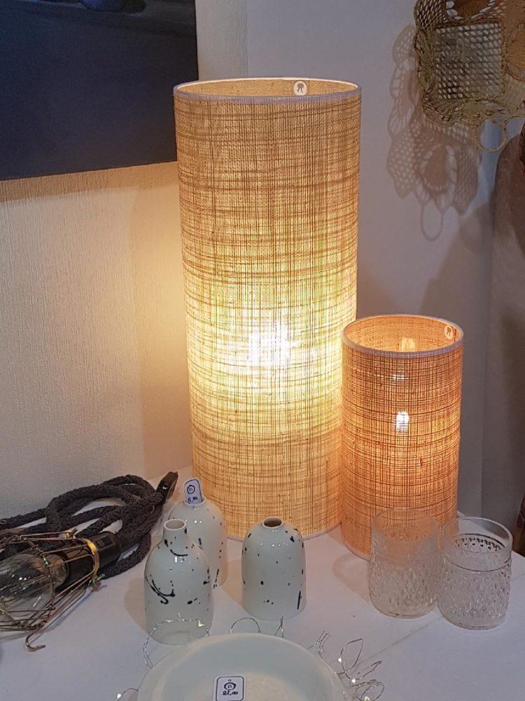magasin luminaire lyon lampe totem rabane naturel tube abat jour decoration interieur salon noir rafia