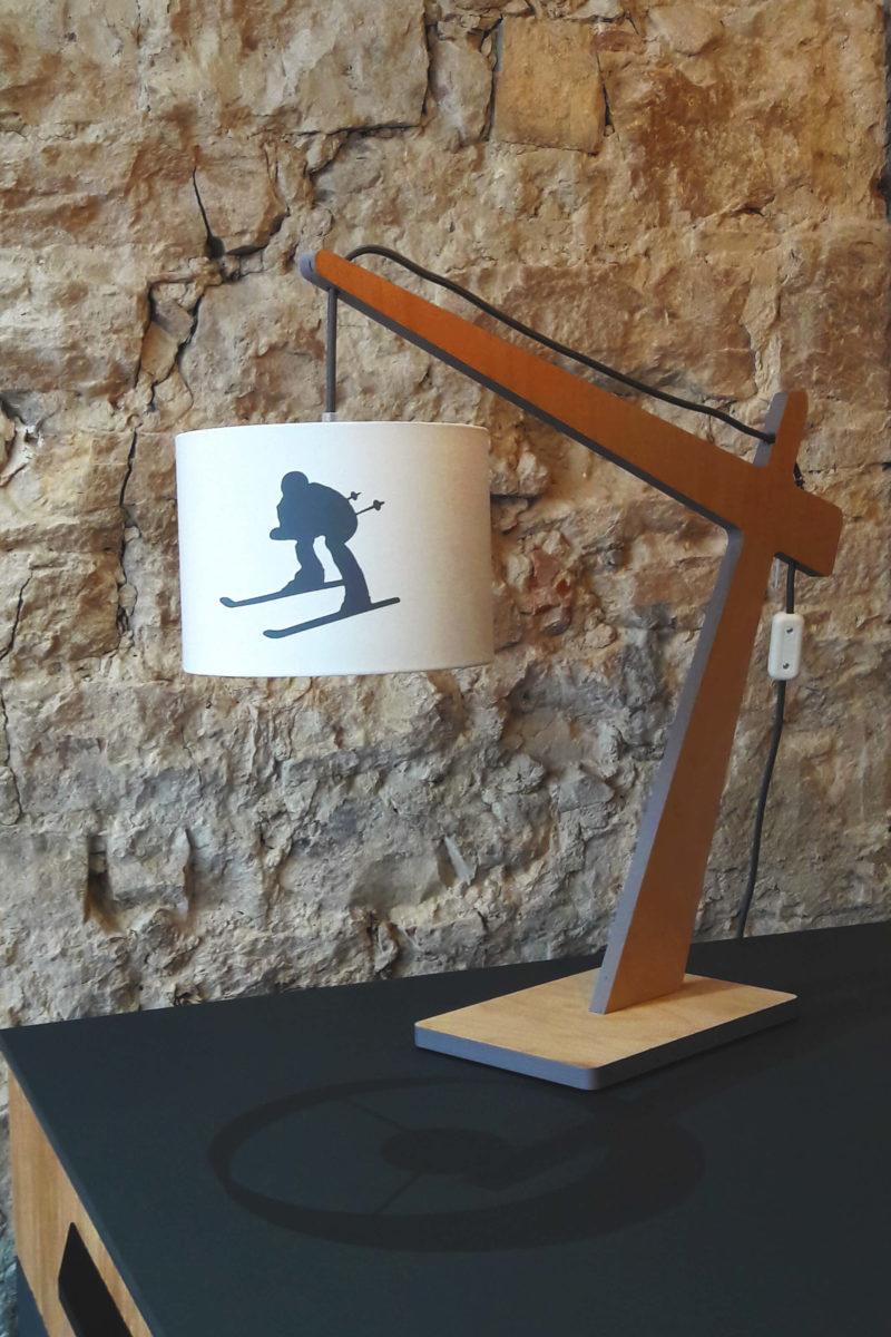 magasin luminaire lyon lampe skieur schuss potence deco montagne chalet ski gris