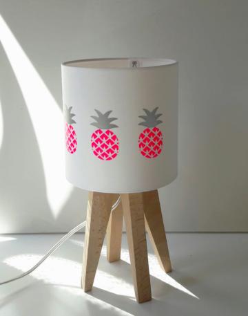 magasin luminaire lyon lampe sur pied quadripode enfant chambre deco interieur rose fluo ananas feuillage argente