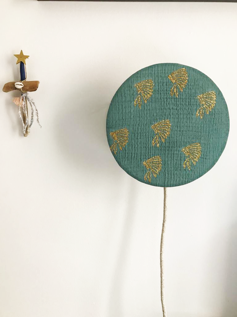 magasin luminaire lyon lampe tam tam bleu eucalyptus double gaze de coton coiffe indiens dores interieur decoration enfant chambre
