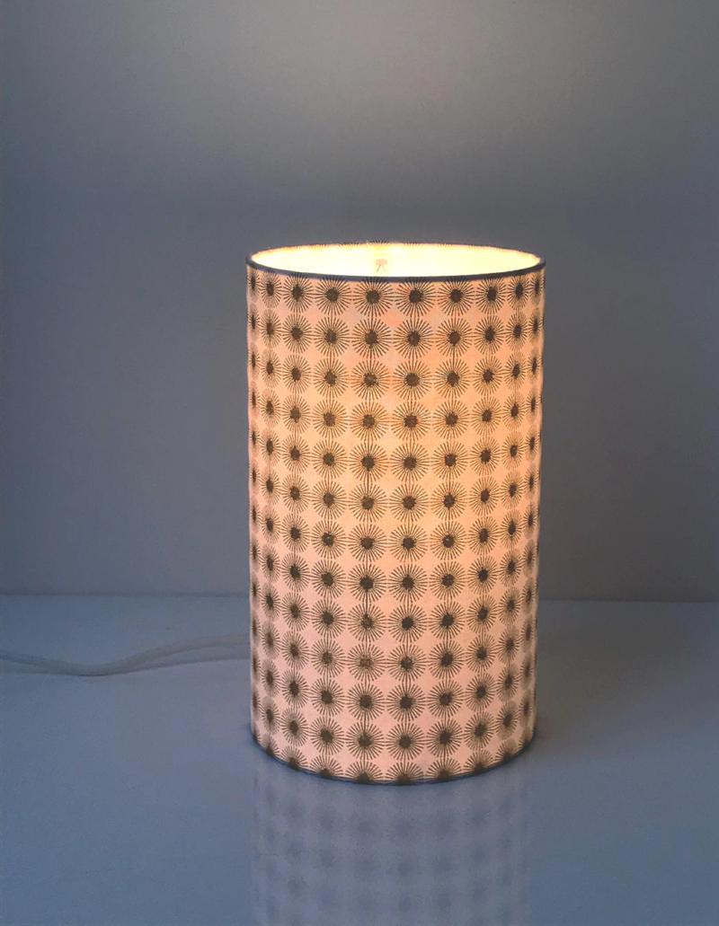 magasin luminaire lyon lampe totem tube tissu rosaces or blanc decoration interieur salon chevet