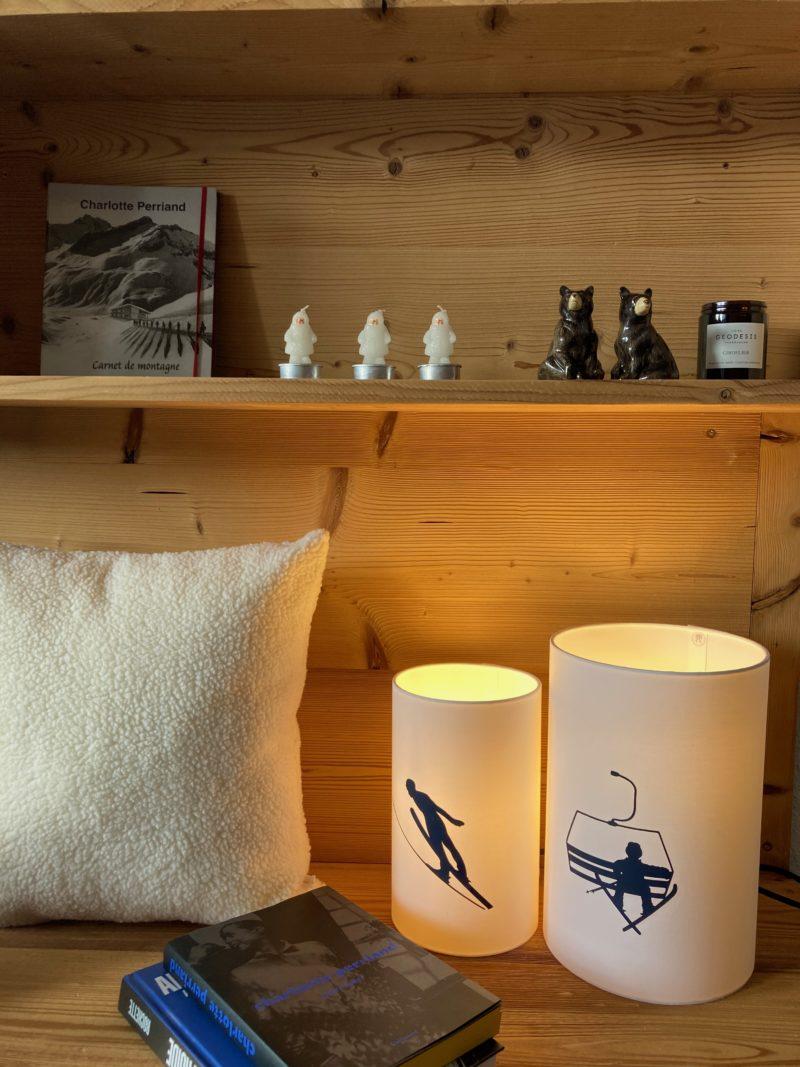 magasin luminaire lyon lampe totem chevet salon deco montagne chalet skieur ski abat jour sur mesure